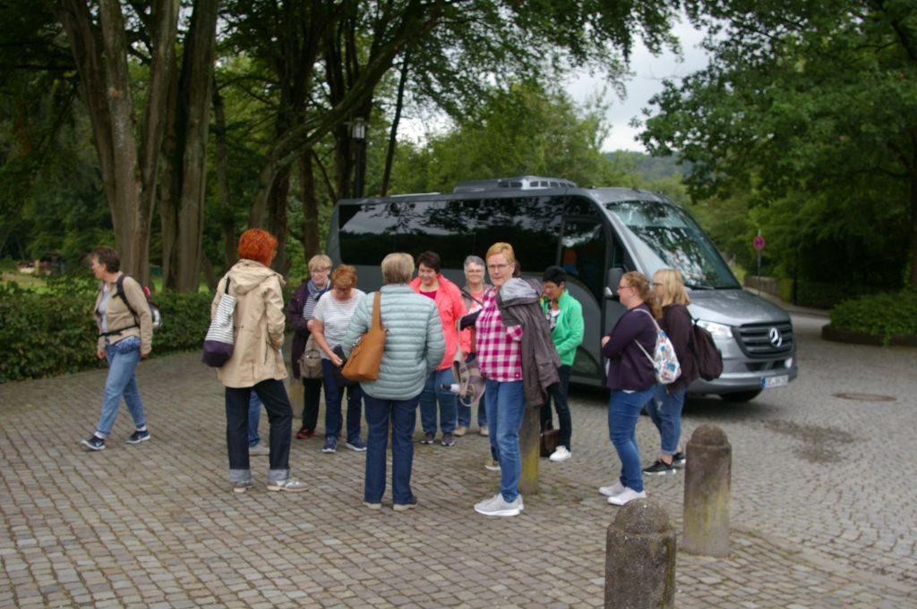 Ein kleiner Clubbus bringt uns zum Altenberger Dom