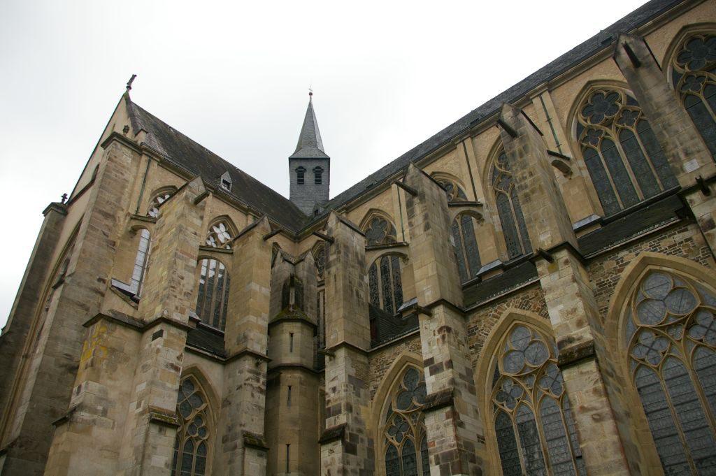 Die ehemalige Abteikirche beeindruckt mit schöner gotischer Architektur