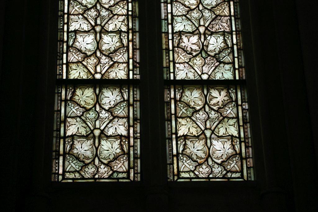 Die ältesten Fenster sind in sogenannter Grisaille-Technik bemalt, nur in grauen Tönen