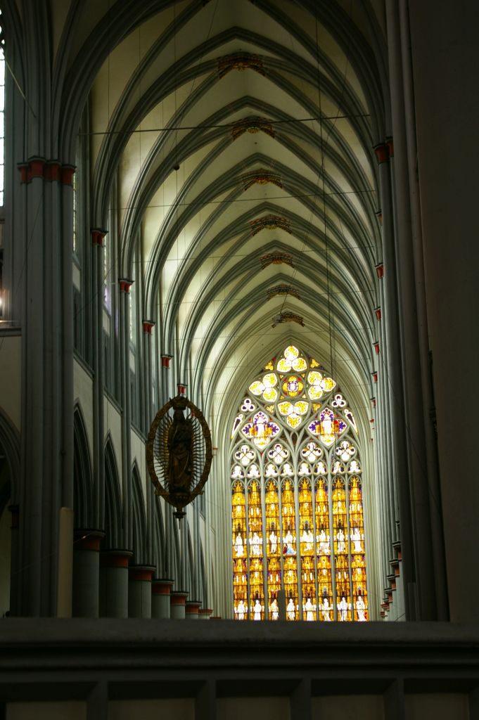 Das Westfenster ist da schon deutlich bunter, entstammt aber auch einer späteren Epoche